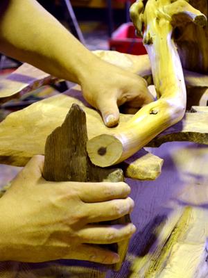 屋久杉工芸品(木製家具)制作風景
